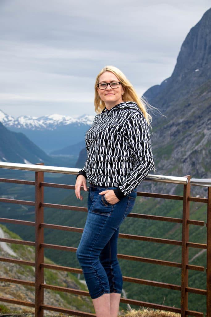 Blondineblogeren på rasteplassen på Trollstigen