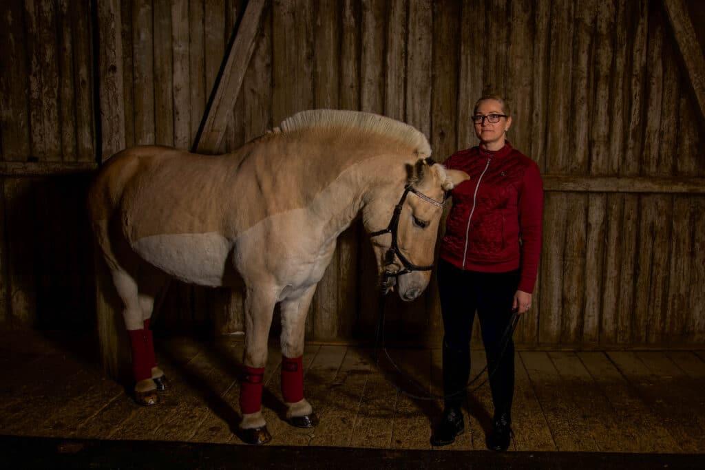 Fotoshoot blondinebloggened hest